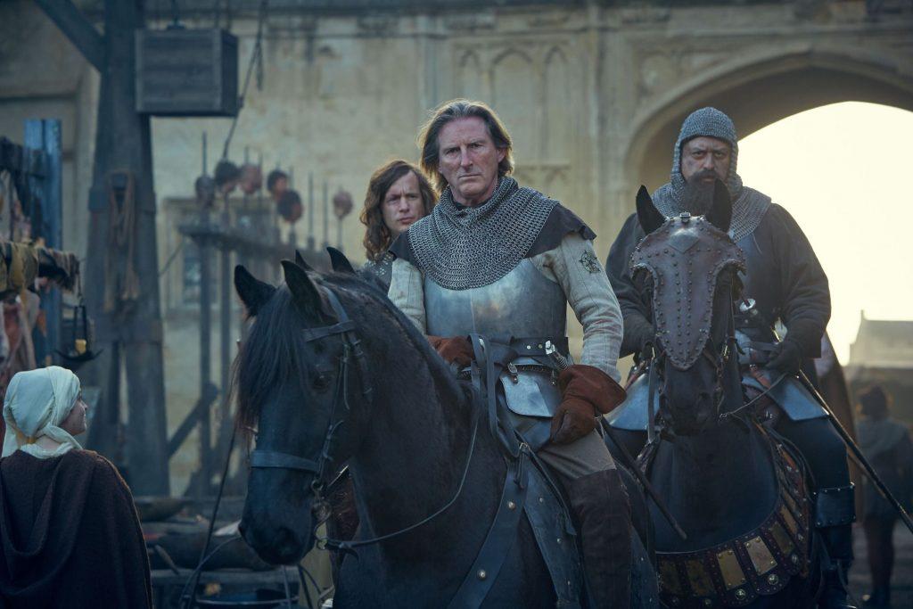 Adrian Dunbar (como Richard de York) e Stanley Townsend (como Richard Neville, conde de Warwick) em uma still da série The Hollow Crown: A Guerra das Rosas, BBC 2 (via Pinterest).