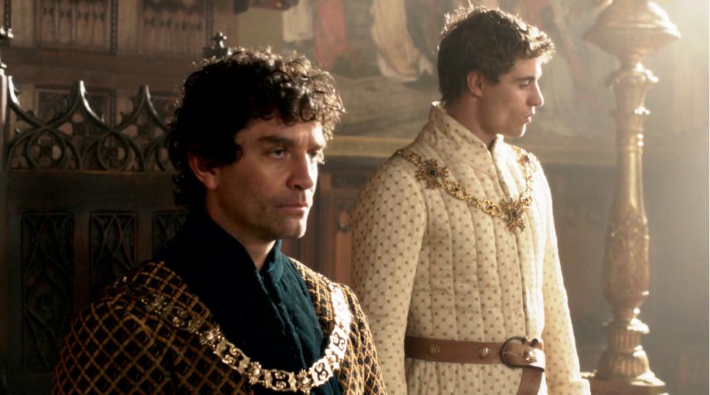 Imagem do momento em que Edward IV (Max Irons) anuncia o casamento com Elizabeth (Rebecca Ferguson) e contraria Rcihard Neville (James Frain)  no primeiro episódio de The White Queen, BBC One/Starz.