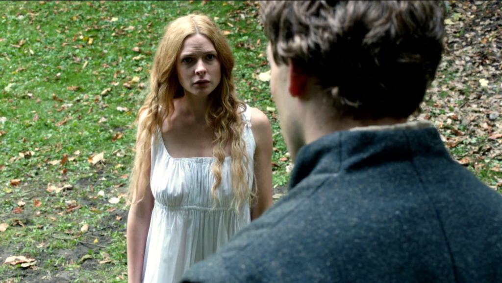 Anthony Woddville (Ben Lamb) conversa com Elizabeth Woodville (Rebecca Ferguson) em uma  still do primeiro episódio de The White Queen
