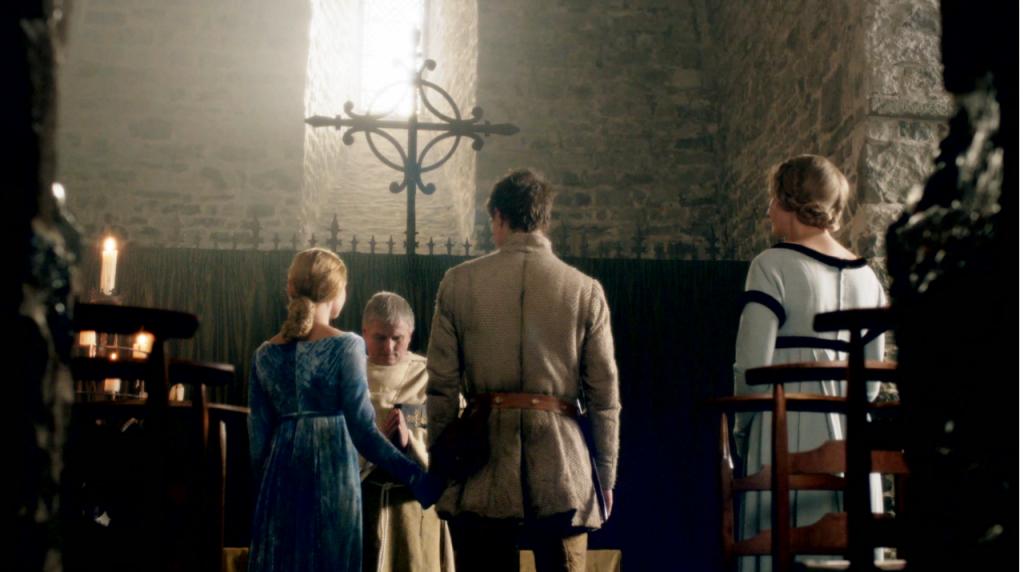 Imagem do casamento de Edward IV (Max Irons) e Elizabeth Woodville (Rebecca Ferguson) no primeiro episódio de The White Queen, BBC One/Starz.