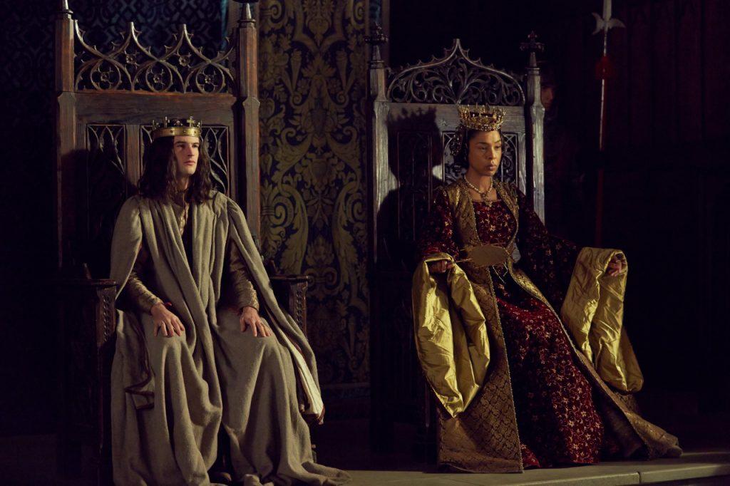 Tom Sturridge (como Henry VI) e Sophie Okonedo (como Margaret de Anjou) em uma foto promocional da série  The Hollow Crown: A Guerra das Rosas, BBC 2.