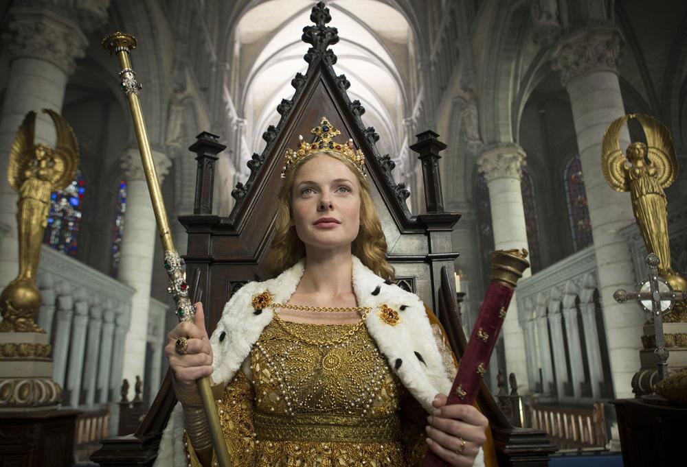 Elizabeth Woodville (Rebecca Ferguson) em uma still da cena da coroação de Elizabeth no segundo  episódio de The White Queen (BBC One/Starz).