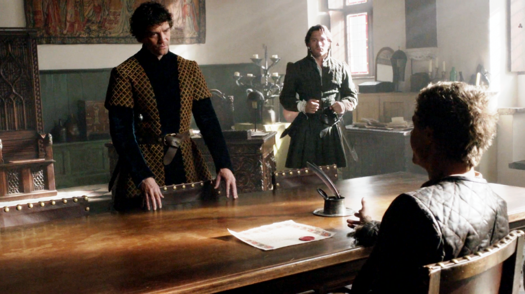 Richard Neville (James Frain),  George Clarence (David Oakes) e Edward IV (Max Irons) em uma imagem da cena em que Edward retoma o poder no terceiro episódio de The White Queen (BBC One/Starz).