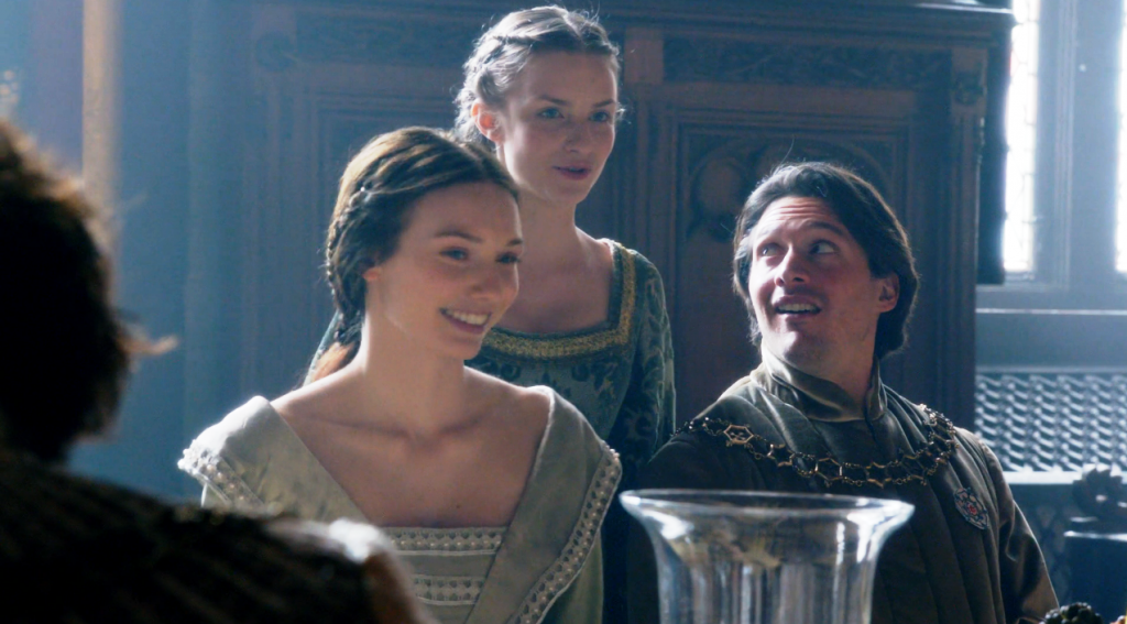 Isabel Neville (Eleanor Tomlinson), Anne Neville (Faye Marsay) e George Clarence (David Oakes) em uma still do  segundo episódio de The White Queen (BBC One/Starz).