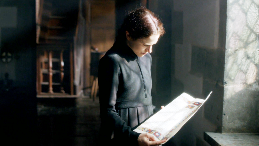 Margaret Beaufort (Amanda Hale) em uma still da cena em que Margaret recebe a notícia sobre o título do filho no  segundo episódio de The White Queen (BBC One/Starz).