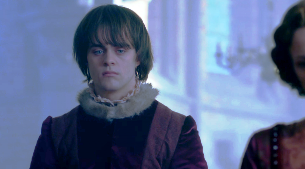 Imagem da cena em que Edward Lancaster (Joey Batey) conhece Anne Neville (Faye Marsay) no quarto episódio de The White Queen (BBC One/Starz).