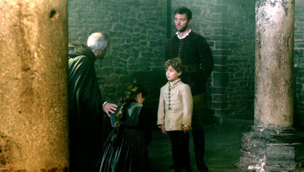 Margaret Beaufort (Amanda Hale),  Lord Henry Stafford (Michael Maloney), Jasper Tudor (Tom Mckay) e o pequeno Henry Tudor em uma imagem do  segundo episódio de The White Queen (BBC One/Starz).