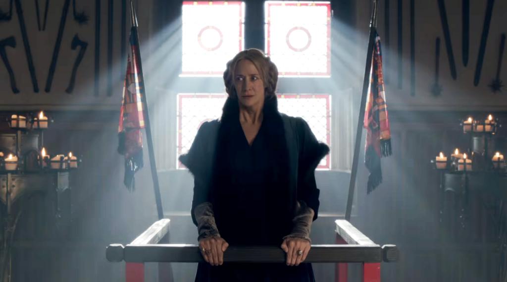 Jacquetta Woodville (Janet McTeer) em uma imagem da cena do julgamento da duquesa de Bedford no quarto   episódio de The White Queen (BBC One/Starz).