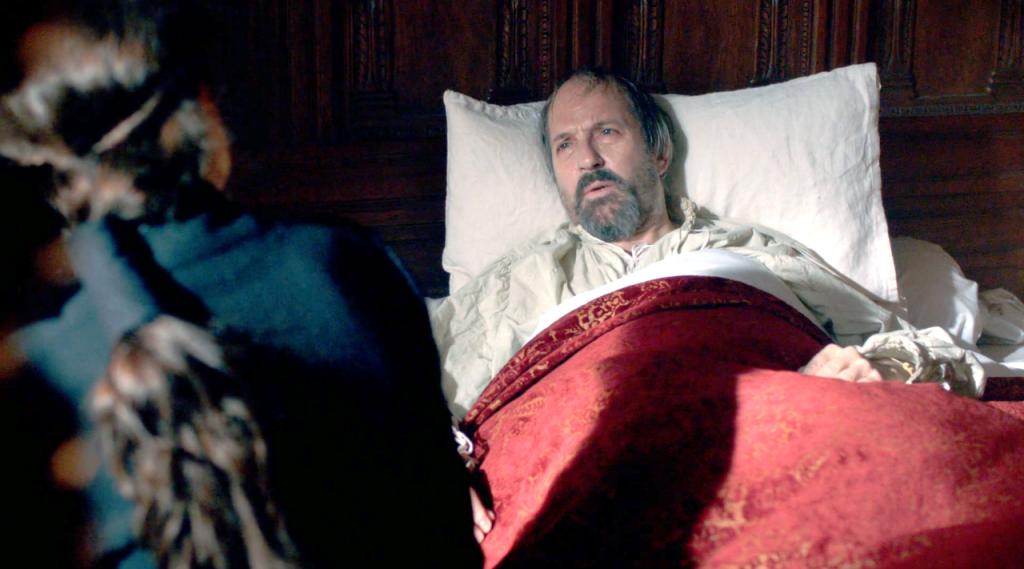 Margaret Beaufort (Amanda Hale)  e Sir  Henry Stafford (Michael Maloney), doente na cama, em uma imagem do quinto episódio de The White Queen (BBC One/Starz).