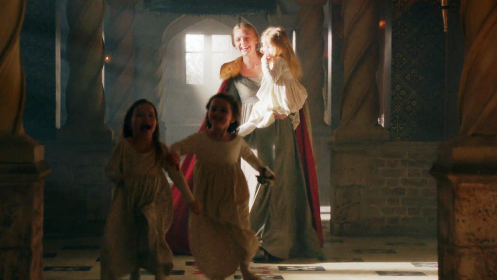 Elizabeth Woodville (Rebecca Ferguson) com as filhas Elizabeth, Mary e Cecily em uma still da cena da coroação de Elizabeth no segundo episódio de The White Queen (BBC One/Starz).