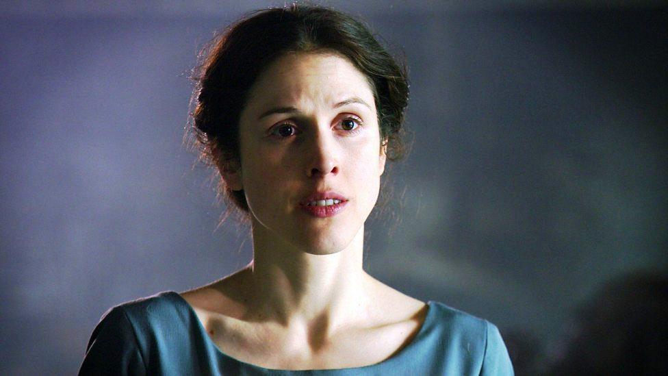 A atriz  Amanda Hale como  Margaret Beaufort em uma imagem do quarto  episódio de The White Queen (BBC One/Starz).