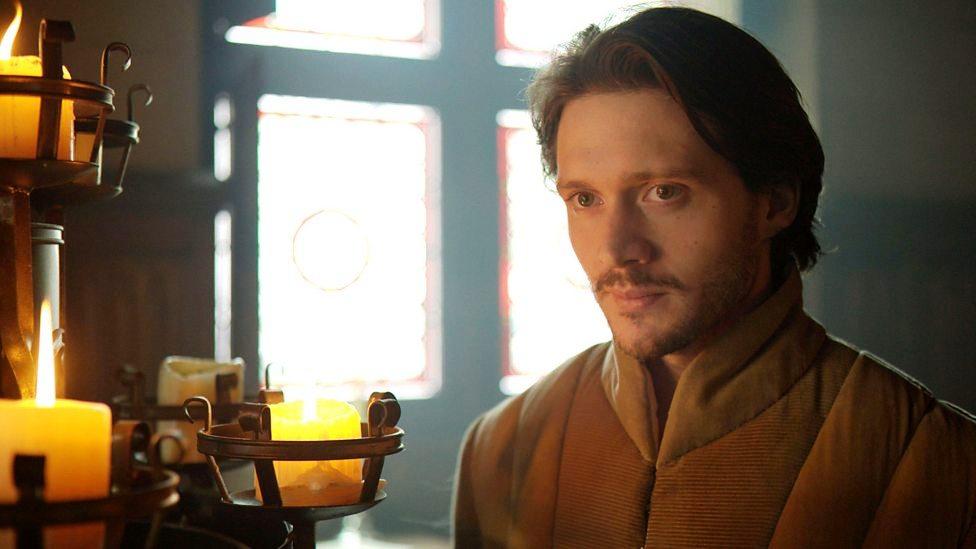 David Oakes como George de Clarence em uma still do quarto episódio de The White Queen (BBC One/Starz).