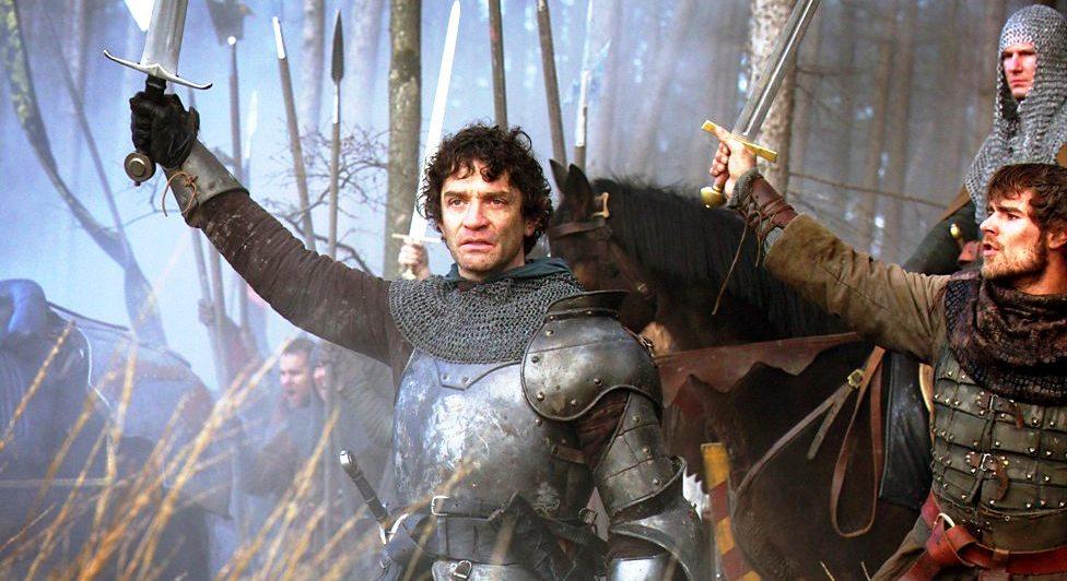 Imagem do Conde de Warwick erguendo a espada, se preparando  para a batalha no quinto episódio de The White Queen (BBC One/Starz).