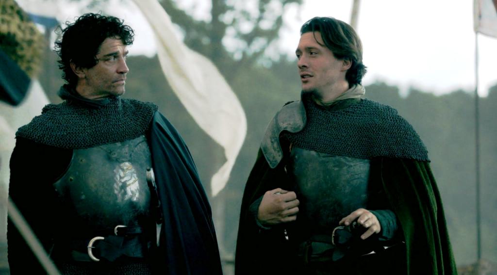 Richard Neville (James Frain) e George Clarence (David Oakes) se preparando para a batalha em uma imagem do episódio de The White Queen (BBC One/Starz).