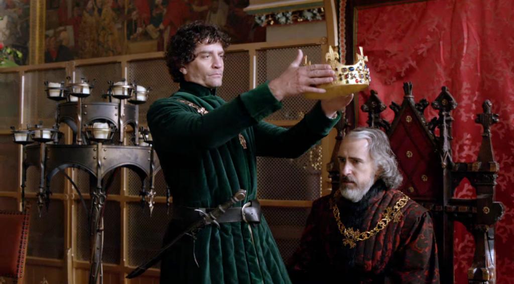 Imagem do momento em que  Richard Neville (James Frain)  coroa Henry VI  (David Shelley) no quarto episódio de The White Queen (BBC One/Starz).