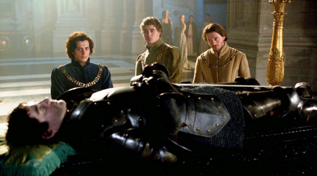 Richard Neville (James Frain), Richard Gloucester (Aneurin Barnard), Esward IV (Max Irons) e George Clarence  (David Oakes)  em uma imagem do velório de Warwick no quinto episódio de The White Queen (BBC One/Starz).