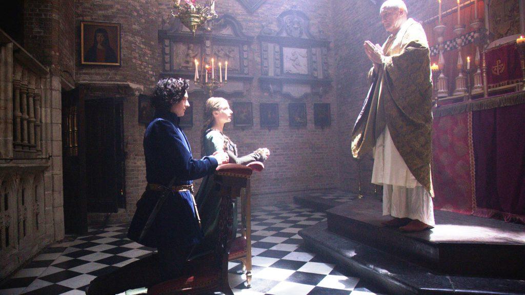 Imagem do casamento de  Anne Neville e Richard de Gloucester dentro de uma igreja no sexto episódio de The White Queen (BBC One/Starz).