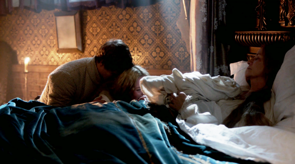 Imagem de Edward IV e Elizabeth Woodville ao lado da cama de Jacquetta Woodville na cena que Jacquetta falece no sexto  episódio de The White Queen