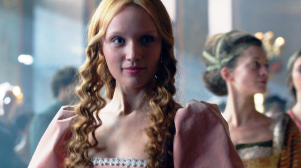 Imagem da atriz Emily Berrington como Jane Shore na cena que  Elizabeth Woodville (Rebecca Ferguson) encontra Jane na corte no sexto  episódio de The White Queen