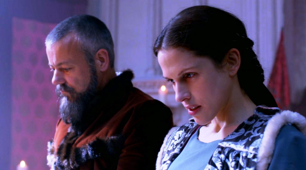 Imagem da cena do casamento de  Margaret Beaufort (Amanda Hale)  e Lord Thomas Stanley  (Rupert Graves) no sexto episódio de  The White Queen (BBC One/Starz).