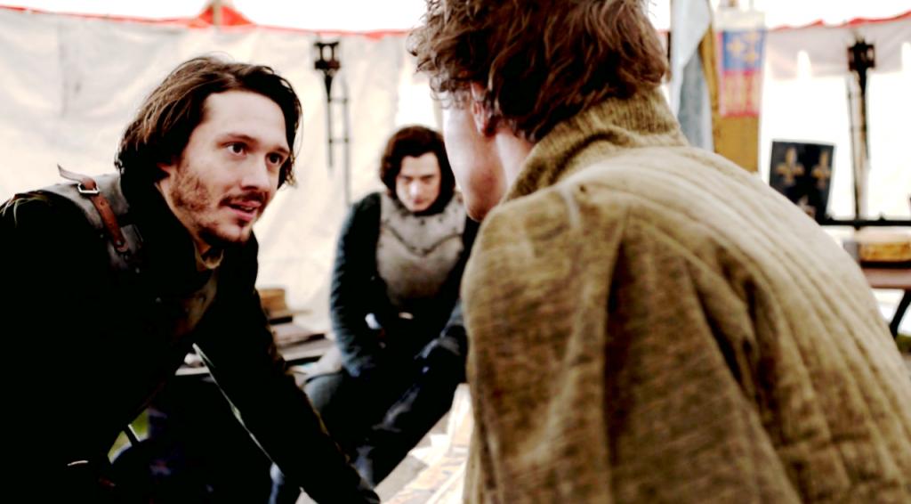 Imagem da cena em que Edward comunica os irmãos que aceitou um acordo com Louis XI. George e Richard estão sérios, nenhum deles concordava com a decisão.