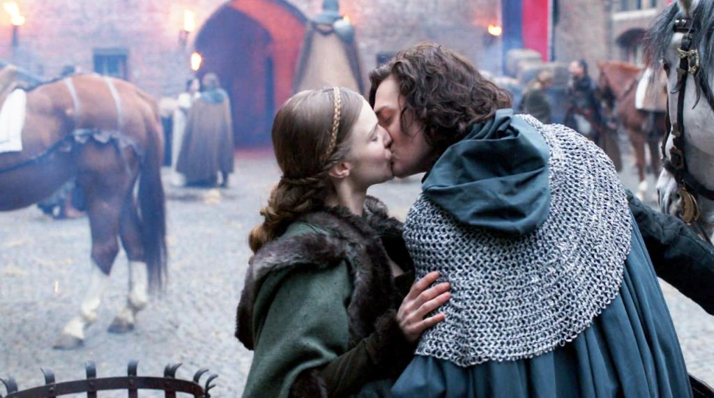 Anne está cumprimentando Richard após ele voltar da França.