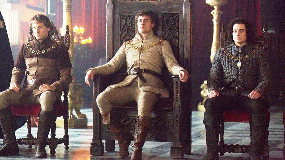 Edward IV está sentado no trono com  Anthony Rivers na cadeira do lado direito (esquerdo na foto)  e Richard Gloucester na cadeira do lado esquerdo (direito da foto).