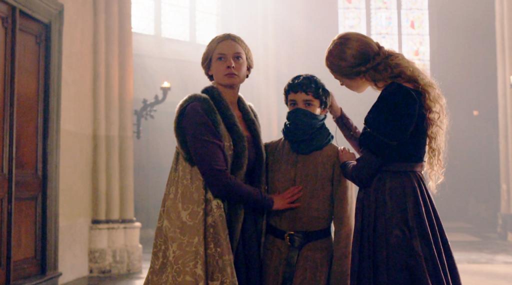 O menino Geoffrey fingindo ser Príncipe Richard, está usando uma bandana como máscara. A Princesa Elizabeth está arrumando a máscara enquanto a rainha Elizabeth abraça o menino.