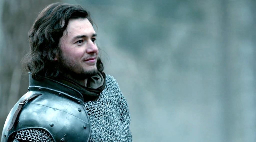 Henry Tudor (Michael Marcus) usando armadura durante a cena do treinamento em batalha no oitavo episódio de The White Queen antes de receber a notícia que ele poderia retornar a Inglaterra
