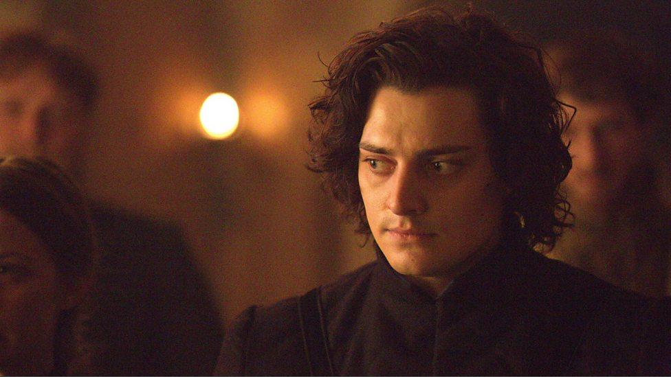 Richard III com o olhar sério na cena do leito de morte de Edward IV