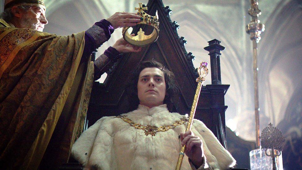 Na imagem o arcebispo está aproximando a coroa na cabeça de Richard III