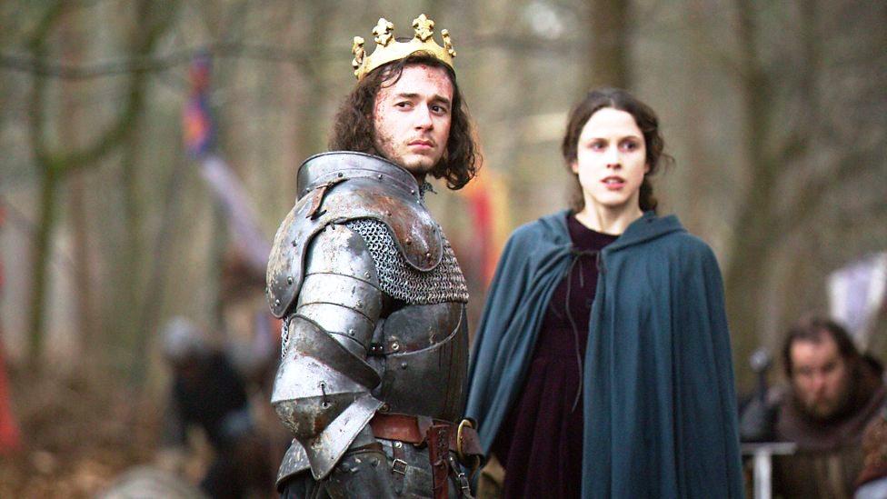 Henry está olhando para longe (ério, como um vencedor)  com a coroa de Richard na cabeça. Margaret está olhando pra o lado, também séria. Eles estão no campo de batalha, cercados de soldados.
