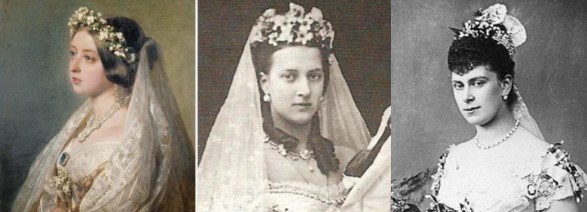 As três rainha estão usando uma coroa de flores no cabelo. Há uma montagem de três imagem. A Rainha Victoria é uma pintura, ela esta olhando para a esquerda. A Rainha Alexandra e a Rainha Mary estão olhando para frente em fotos em preto e branco.