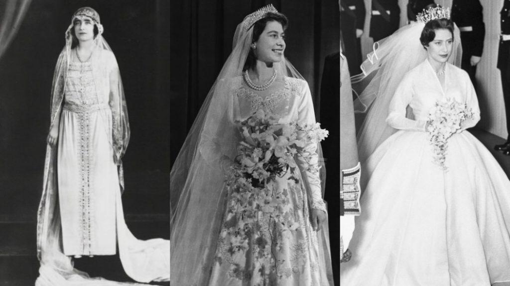 A Rainha Mãe está olhando para frente, sem buquê. Elizabeth e Mary estão carregando os buquês, que são parecidos, mas o de Elizabeth é bem maior.