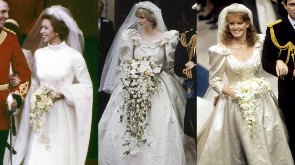 Anne, Diana e Sarah estão de braços dados com os maridos. As três estão sorrindo olhando para o lado direito delas e sorrindo segurando os buquês.