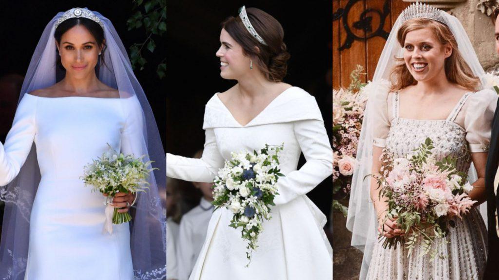 As três noivas sorriem enquanto seguram os buquês.